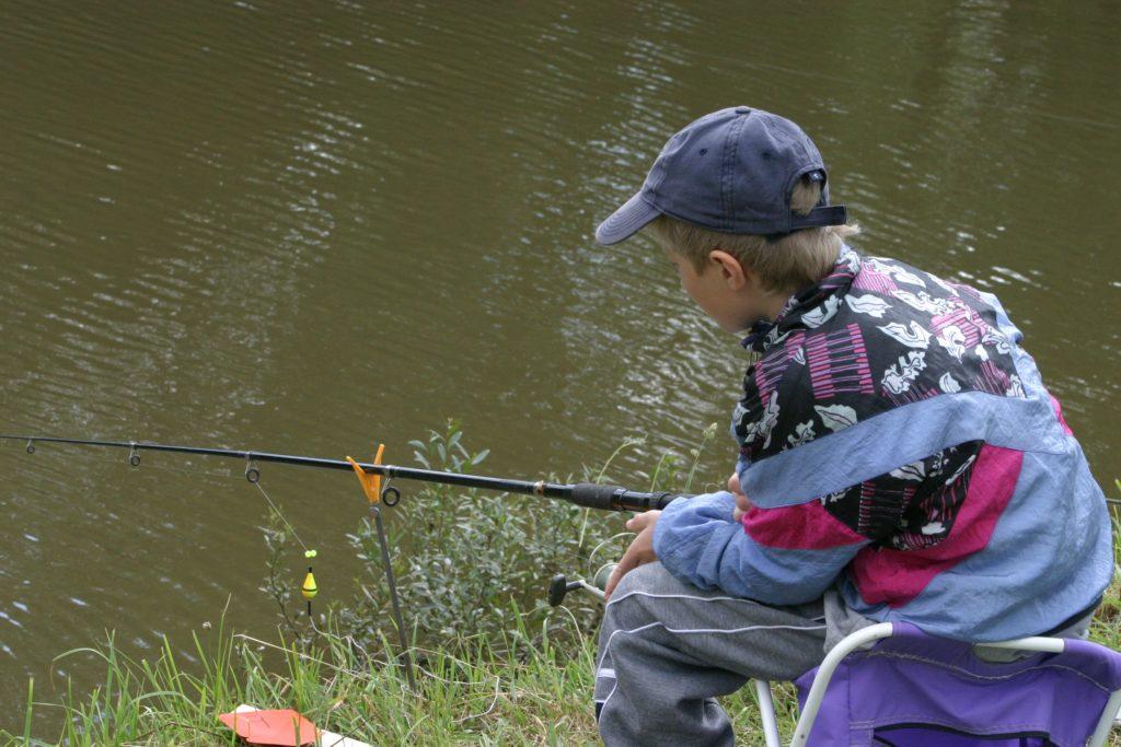 dítě u vody, rybář