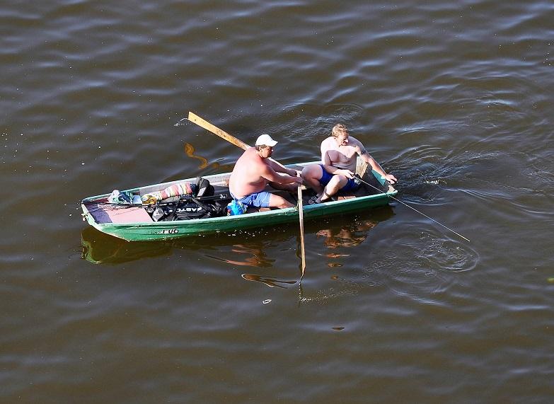 rybáři na loďce
