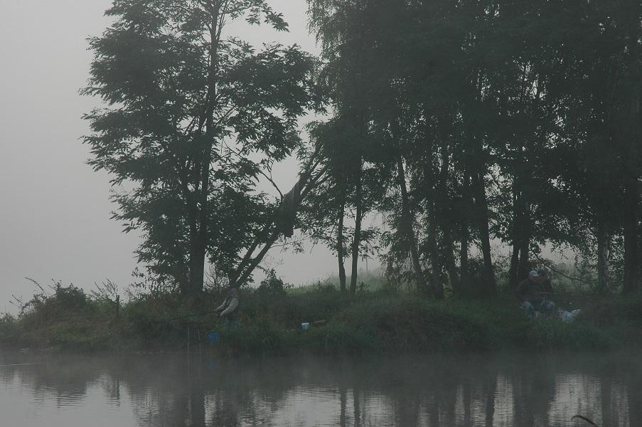 rybář na břehu