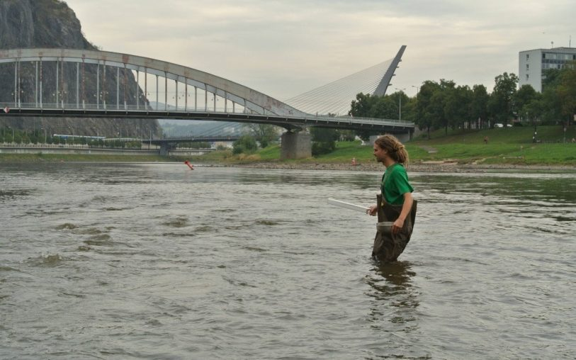 znečištěná řeka